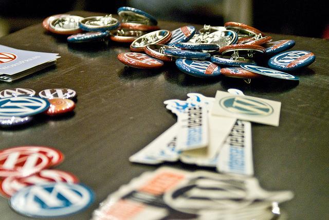 Chapas y pegatinas de WordPress